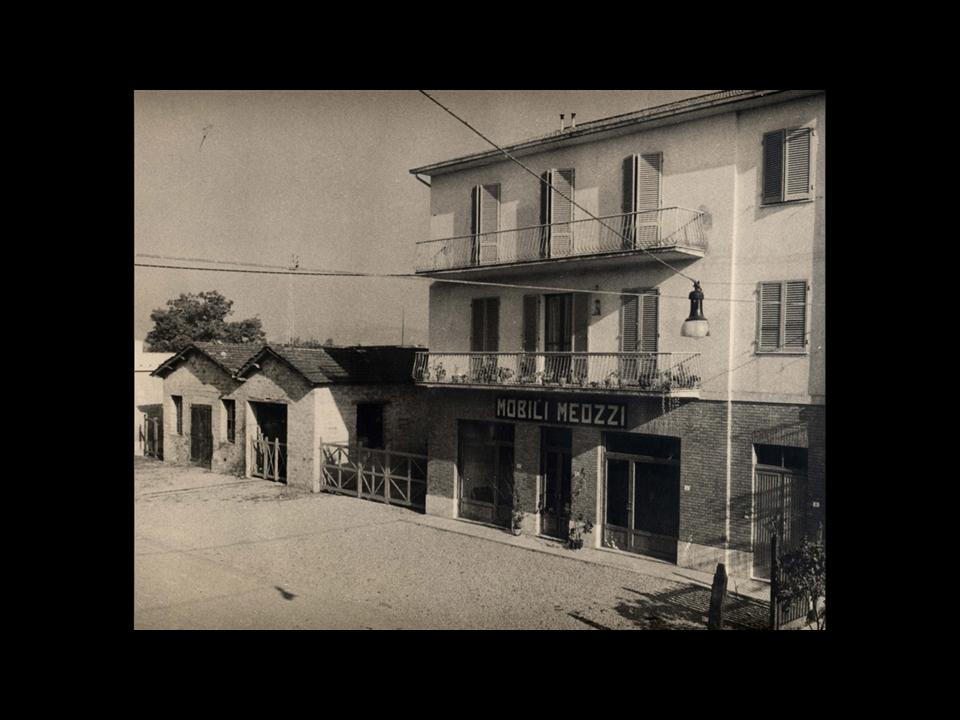 Storia - La prima falegnameria con a fianco al piano terra la prima esposizione di mobili