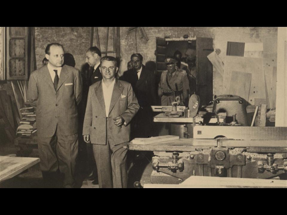 Storia - Giuseppe Meozzi (in primo piano) porta in visita le autorità nella sempre più moderna ed aggiornata falegnameria;