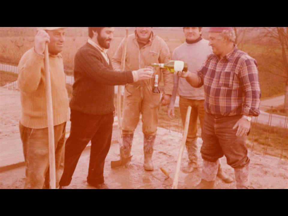 Storia - Bruno Meozzi (il secondo da sinistra) brinda con i costruttori, alla gettata del tetto del nuovo complesso produttivo di Fighille